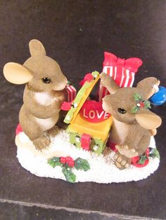 Charming Tails LOVE IS THE BEST GIFT Spec Ed 98/243 Mice Christmas Gifts