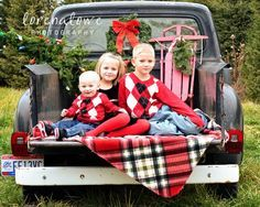 christmas pictures in old truck - Google Search love this set up!