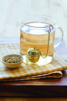 Steep fennel seeds in boiling water for a debloat teatox