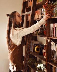 Book Aesthetic, Aesthetic Girl, Library Photo Shoot, Salopette Short Jean, Instagram Look, Estilo Hippy, Book Photography, Vintage Photography, Looks Vintage