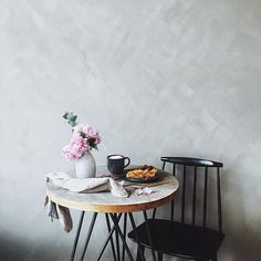 We love our little balcony table from our friend philipp @nutsandwoods - he recently launched some beautiful new products, have a look at his profil.  Especially love the table infront of our @kalklitir wall these days. Beautiful flowers are from @blumenbett  Have a lovely and relaxed sunday guys! #nutsandwoods #kalklitir #luteprimo