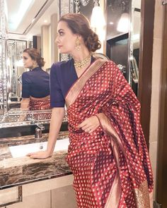 The wedding season is here! Ready to rock the wedding season with the mesmerizing and stylish blouse designs? We know the answer to this is a Big YES! Not only the bride every girl wants to look at their ethnic best at weddings. Silk Saree Blouse Designs, Fancy Blouse Designs, Saree Blouse Patterns, Blouse Neck Designs, Seda Sari, Fashion Models, Stylish Blouse Design, Saree Trends, Indian Designer Outfits