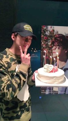 Sehun delivering Chanyeol's cake on his birthday 151127 Bts Jungkook Birthday, Chanyeol Birthday, Suho Exo, Exo Kai, Exo Members Birthday, Foto Sehun, Exo Birthdays, Jung Jin Woo, Exo News