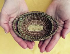 Oval Gift Basket By JodyNashStudio Long leaf pine needles, local rushes, synthetic sinew Straw Weaving, Weaving Art, Basket Weaving, Pine Needle Crafts, Pine Cone Crafts, Pine Bonsai, Pine Leaf, Finger Weaving, Pine Needle Baskets