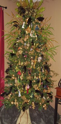 Totally gonna do this on my tree this year! Gone with the Wind themed Christmas tree.