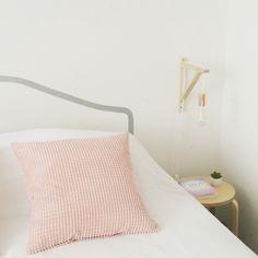 Edison bulb in a simply bedroom Floor Chair, Bulb, Flooring, Bedroom, Diy, Furniture, Design, Home Decor, Atelier