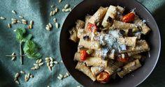 Rigatoni with Roasted Eggplants by Greek chef Akis Petretzikis. A delicious pasta dish made with roasted eggplants, tomatoes, pine nuts, garlic and parmesan! Gnocchi Recipes, Pasta Recipes, Vegan Recipes, Cooking Recipes, Cantaloupe Recipes, Radish Recipes, Cheddarwurst Recipe, Frangipane Recipes, Gastronomia