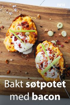 En perfekt bakt søtpotet i kombinasjon med vårløk, chili, bacon og rømme er comfort food på sitt aller beste! Oppskrift fra Rolf Tikkanen Øygarden. Y Food, Food Porn, Food And Drink, New Recipes, Favorite Recipes, Norwegian Food, International Recipes, Food Inspiration, Sweet Potato