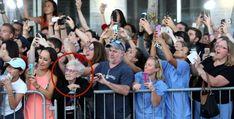 """Mientras todos intentan fotografiar a los actores de la película """"Black Mass"""", la anciana solo observa. Foto: John Blanding/The Boston Globe"""