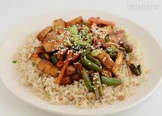 Údené tofu na fazuľkách s hnedou ryžou Tofu, Risotto, Grains, Cooking, Fit, Ethnic Recipes, Kochen, Brewing, Korn