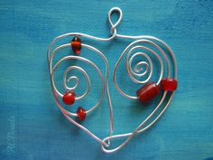 Red glass pendant /// Medalhão de arame enfeitado com contas vermelhas