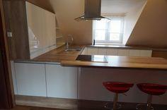 Nowoczesne meble kuchenne #meblekuchenne #kuchnia #białakuchnia #frontyakrylowe #meblenawymiar #filmarmeble #furniture #kitchen #floortiles #design #homedecor #okap #dab #poddasze #kuchnianapoddaszu