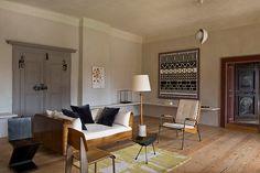 5 salons, 5 styles l'artiste Erwin Wurm. De gauche à droite, la chaise Zig Zag de Gerrit Rietveld, une chaise et le fauteuil Visiteur de Jean Prouvé. Lampadaire à socle de céramique