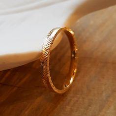 L'alliance FLYNN fait partie de la nouvelle collection LIGNES. Flèche du temps, ou flèche de l'amour au vol ininterrompu... ont inspiré lesmotifs de cet anneau, sur le fil entre géométrie et organique. Le détail : la texture se poursuit jusque sur la tranche de l'alliance. Wedding Rings, Engagement Rings, Bracelets, Gold, Jewelry, Motifs, Style, Texture, Rings