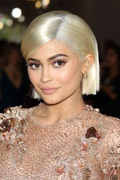 See the best hair and make-up from the Met Gala 2017 red carpet in full, close-up detail, from Cara Delevingne and Alexa Chung to Rihanna and Katy Perry Kendall Jenner Makeup, Kylie Jenner Hair, Estilo Kylie Jenner, Kendall And Kylie Jenner, Red Carpet Makeup, Shave Her Head, Sleek Ponytail, Flawless Face, Cara Delevingne