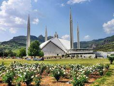 Faisal Mosque   Di Islamabad dengan luas 5.000 meter persegi dengan kapasita mencapai 300.000 jamaah.