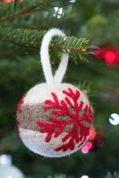 Plusieurs modèles de boules de Noël en feutrine, pour la décoration de votre sapin. N'hésitez pas à associer les matières pour vos décorations de fin d'année, c'est tendance !