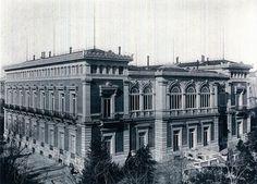 El Palacio de Anglada fue levantado alrededor de un gran patio cerrado, al estilo árabe que entonces estaba de moda. Su calidad era tan alta y las escayolas imitando las formas de la Alhambra de Granada tan perfectas, que impresionaba a los visitantes. Don Juan de Anglada construyó su Palacio en el Paseo de la Castellana en la década de los años 70 del siglo XIX - 1880-el-globo.
