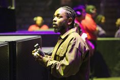 """Empresa de Kendrick Lamar, PgLang, revela primeira campanha ao lado da Calvin Klein (Foto: Getty Images)  A pgLang, agência do rapper Kendrick Lamar, anunciou o seu primeiro trabalho na última semana. A empresa atuará em parceria com a Calvin Klein, para a nova campanha da marca. A novidade foi revelada por meio das redes sociais, com o lançamento do primeiro vídeo do projeto, chamado""""See U"""", com Mecca Allah e direção art&iacu"""