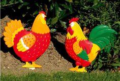 Poule et coq à planter. Fichés en terre dans la pelouse, en massif ou même en bac, ils apporteront une touche d'animation colorée pour le bonheur des petits comme des grands.