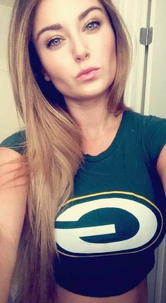 Packer wives are bae-yay-yay-yay! Green Bay Packers Cheerleaders, Green Bay Packers Fans, Kansas City Chiefs Shirts, Girls Taking Selfies, Hot Fan, Hot Country Girls, Professional Cheerleaders, Sporty Girls, Sports