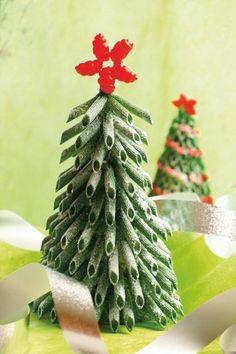 Weihnachtsbaum aus grünen Nudeln selber basteln