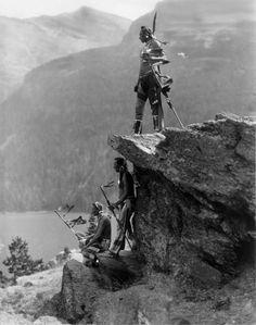 The Eagle, Roland W. Reed. Roland W. Reed 1864-1934, artista e fotografo americano, faceva parte di un gruppo di fotografi di nativi americani conosciuti come Pittorialisti . All'inizio del 20° secolo i pittorialisti, tra cui Roland Reed, notando l'impatto estremamente deleterio del modo di vivere dei bianchi sui nativi americani, vollero ricreare nelle fotografie lo stile di vita dei tempi andati, piuttosto che registrare come vivevano effettivamente nel presente quotidiano.