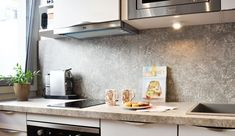 Aménager un 31 m2 en délimitant la cuisine, le coin chambre et en créant de nombreux rangements, c'est le défi relevé par l'agence Les Murs ont des Oreilles pour ce petit appartement. La décoratrice Valérie Laporte-Volatier et l'architecte Charlotte Soissons-Lenormand ont opté pour un style épuré, chic et girly. Kitchen Interior, Laporte, Charlotte, Girly, Studio, Chic, Design, Home Decor, Inspiration