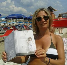 Beautiful Emanuela Tassetto, on the beach, proudly showing her Se ho paura prendimi per mano. amzn.to/1zvZQ1S
