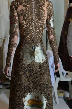 Valentino Couture Fall Look Back view. Haute Couture Style, Couture Mode, Couture Details, Fashion Details, Couture Fashion, Love Fashion, Runway Fashion, High Fashion, Fashion Show