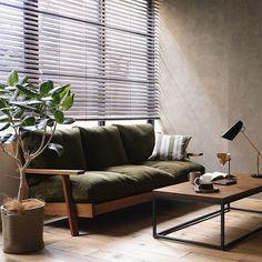 上質な国産コーデュロイ生地を使用した、Re:CENOオリジナル3人掛けソファー「NOANA-BROWN」。フェザークッションによる、ワンランク上の座り心地をぜひお楽しみください。
