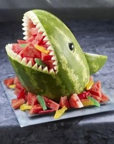 Great for summer pool party! Watermelon Shark - great for a pool party! Wish I knew to do this when I was with Classic Casseroles on the Vineyard. it would have been perfect for the parties we catered the year they were filming Jaws! Cute Food, Good Food, Funny Food, Scary Food, Watermelon Carving, Shark Watermelon, Carved Watermelon, Watermelon Ideas, Watermelon Basket