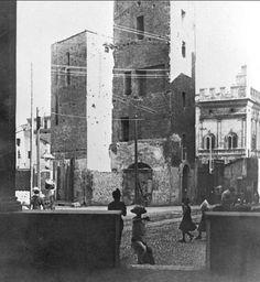 Vista delle torri Artenisi e Riccadonna dal portico del Palazzo di Mercanzia, 1916.  Fotografia di Arnaldo Romagnoli.  Archivio Cassa di Risparmio in Bologna