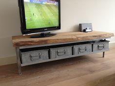 Tv meubel by 'Noesten & Nerven'. Metalen bakken met hout