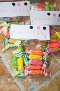 Après les invitations pour l'anniversaire de la Poupette, j'ai fait 2 sortes de sachets de bonbons pour distribuer au sport d'une part et aux copains de classe d'autre part... Voici ceux qui seront distribués au sport : L'idée pour nouer les sachets est...