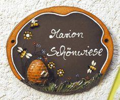 Beschriftetes Keramik Türschild Bienen mit Korb - Emsig suchen die Bienen den süßen Nektar in den bunten Blüten und bringen diesen dann in ihren Bienenkorb.