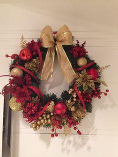 """GUIRLANDA NATALINA Natal está chegando É hora de decorar a sua residência, seu comércio...vamos decorar a sua porta de entrada com uma GUIRLANDA LINDA, afinal a porta é seu """"cartão de visitas"""" e diz muito sobre quem você é! DESCRIÇÃO: Guirlanda de 45cm diâmetro , decorada com 05 bolas, 1 ..."""