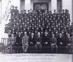 Σκαγιοπούλειο Ορφανοτροφείο. Το πρώτο ΔΣ και οι πρώτοι τρόφιμοι. Στο κέντρο κάτω μες τα άσπρα μαλλιά ο Παναγιώτης Σκαγιόπουλος και δεξιά του ο Ανδρέας Μιχαλακόπουλος.