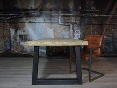 Stoere robuuste industriële tafel voorzien van trapezium tafelpoten en eiken tafelblad, geheel met de handgemaakt.