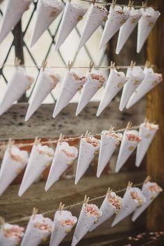 お花を詰め込む♡DIYしたい『フラワーシャワーコーン』のトレンドデザインまとめ♩にて紹介している画像
