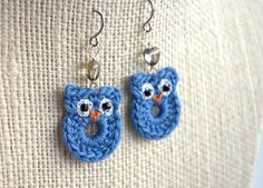 Crochet owl earrings made from embroidery thread, little black seed beads for eyes and with a little grey heart shaped glass bead. Crochet Crafts, Yarn Crafts, Crochet Toys, Crochet Projects, Knit Crochet, Thread Crochet, Crochet Earrings Pattern, Crochet Jewelry Patterns, Crochet Accessories
