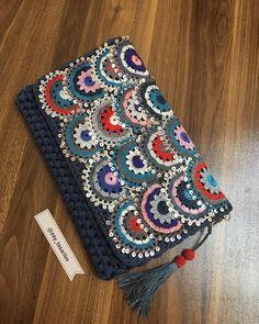 "245 Beğenme, 16 Yorum - Instagram'da Müzeyyen A. (@zey_tasariim): ""💙💚💛❤💕💥 . #elişi #elemegi #otantikçanta #ege #oyali #efeoyasi #potföy #püskül #izmir#manisa #aydin…"" Crochet Coin Purse, Crochet Purse Patterns, Crochet Purses, Crochet Cross, Love Crochet, Crochet Shoulder Bags, Crochet Shell Stitch, Crochet Handbags, Knitted Bags"