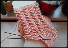 Karen's Lace Socks     http://www.ravelry.com/patterns/library/karens-lace-socks       56 Gesamtmaschen   Wolle: Apricot von Supergarne   N...