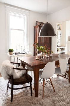 House Tour: A Well-Lived Family Abode in Montréal - Home Decor Mismatched Dining Room, Mismatched Furniture, Antique Dining Tables, Modern Dining Chairs, Dining Room Sets, Dining Room Furniture, Retro Apartment, Rooms Ideas, Retro Home
