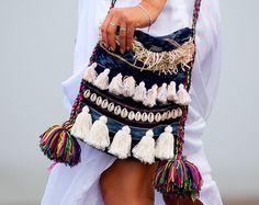 Marrakech Bilum bolso, bolso de borla BOHO, hecho a mano único Shaggy Hip, bolso Bilum con conchas, Hessian, borlas, tela Ikat