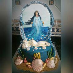 Tarta diosa del mar Yemayá, de bizcocho de chocolate con cheesecream de caramelo y almendra,  con diosa pintada a mano sobre fondant y con las olas formando una aureola