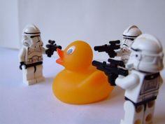 Lego Star Wars - Stormtroopers arrest a Duck