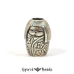 Ursprünglich waren Kokeshi als Spielzeug oder aber auch als Talisman für Fruchtbarkeit und reiche Ernte gedacht. Als Geschenk sollen Sie Wertschätzung gegenüber netten Bekannten und Freunden ausdrücken. #kokeshidoll #kokeshi #bead #beads #beadsbraclet #trollbeads #jewelery #pendant #braclet #silber #silver #silberbead #armband #sammelarmband #glücksbringer #japan
