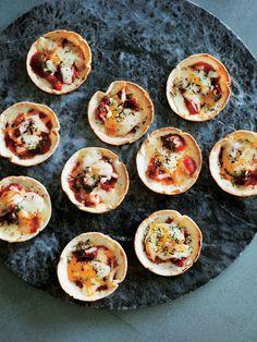 マフィン型の底にトルティーヤを入れて焼き、チーズやトマトなど、好みの具をのせて再度オーブンへ。何個でも食べられそう!#ギョーザの皮でもできるけどね#推薦したい手巻き寿司スタイル#チーズとろとろ#トル...