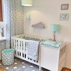 Kolekcja Moon mebli Pinio z naszą kolekcją Mint & Grey Stars ✨ komplet idealny do zobaczenia w naszym Showroomie przy Wiertniczej / Pinio Moon furniture collection and our Mint & Grey stars collection is such a perfect combination ✨✨ #nursery #nurserydesign #nurseryfurniture #lampsforkids #babybedding #wyprawka
